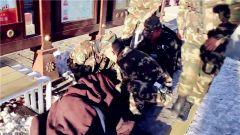藏族同胞街头晕倒 武警官兵紧急救助