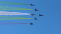 揭秘飞机彩色拉烟剂:颜色组合大有讲究