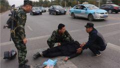 突发车祸司机受伤 武警汨罗中队官兵紧急救助