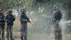 教官用水槍給戰士沖洗 冰涼刺骨讓人冷到發抖