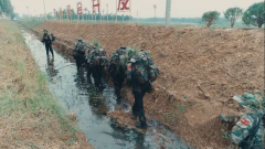 沼澤地行軍突遇密集炸點 戰士克服惡臭扎進水里