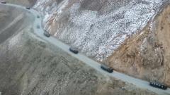 高原汽车兵昼夜兼程 封山前将过冬物资运抵边防