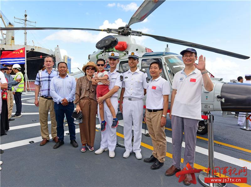 11月12日,坦桑尼亚华人华侨在中国海军第33批护航编队潍坊舰甲板上和军人合影。摄影:王冠彪