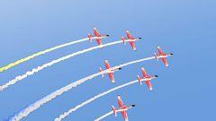 """紅鷹飛行表演隊:六機橫滾 """"翼尖擦著翼尖"""" 的高難度動作"""
