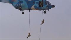 神兵天降 來看空降兵空中突擊小分隊滑降而下以空制地