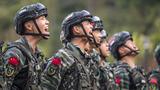 训练结束后,特战队员们对着大山呼喊放松。