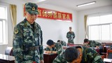 11月13日,武警某部机动第八支队新兵大队组织干部进行军事体育通用五项、识图用图、五公里等多个军事科目年终考核。图为组织识图用图考试。朱雄摄
