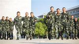 """訓練間隙,指導員和班長與新兵們一起進行""""兩人三足""""比賽。"""