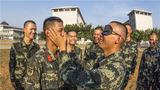 """訓練間隙,新兵們正在進行""""蒙眼識人""""游戲。"""