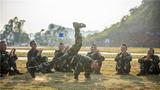 為了激發新兵的訓練熱情,武警廣西總隊新兵團在訓練間隙廣泛開展豐富多彩的互動游戲,圖為新兵為戰友表演街舞。