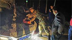 車輛失控側翻路面 武警官兵緊急救助