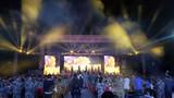 """在東盟防長擴大會""""反恐聯演—2019""""期間的篝火晚會上,中方為外方官兵準備了歌舞表演、互動小游戲。"""