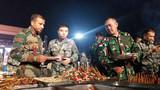 """在東盟防長擴大會""""反恐聯演—2019""""期間的篝火晚會上,中方為外方官兵準備了中國特色美食。"""
