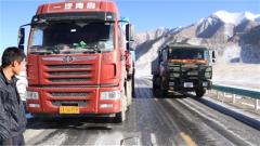 有困難我們上 路面冰封解放軍車隊先行幫助地方貨車脫困