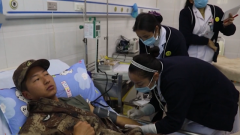 部队官兵深夜献血救藏族产妇