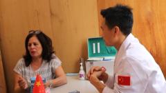 中国维和医疗队为当地民众义诊