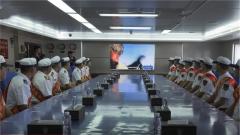 """南部战区:19名海军退伍老兵登舰""""圆梦蓝色航程"""""""