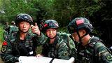 特战队员进行识图行军训练。