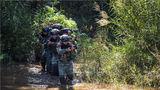 捕歼战斗科目中,特战队员运用战术队形搜索目标。
