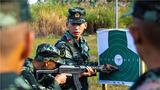 11月19日,武警广西总队新训团四大队组织新兵围绕射击、班组战术等重点科目进行了加强训练。图为新训骨干为新兵讲解射击科目要领。