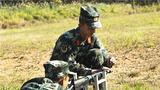 新兵进行据枪稳定训练