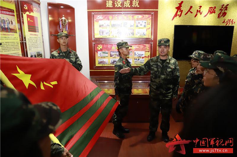 向青年学生介绍武警部队队旗含义