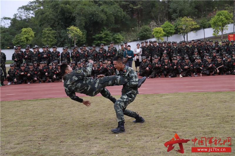 武警官兵为青年学生演示军事技能 (3)