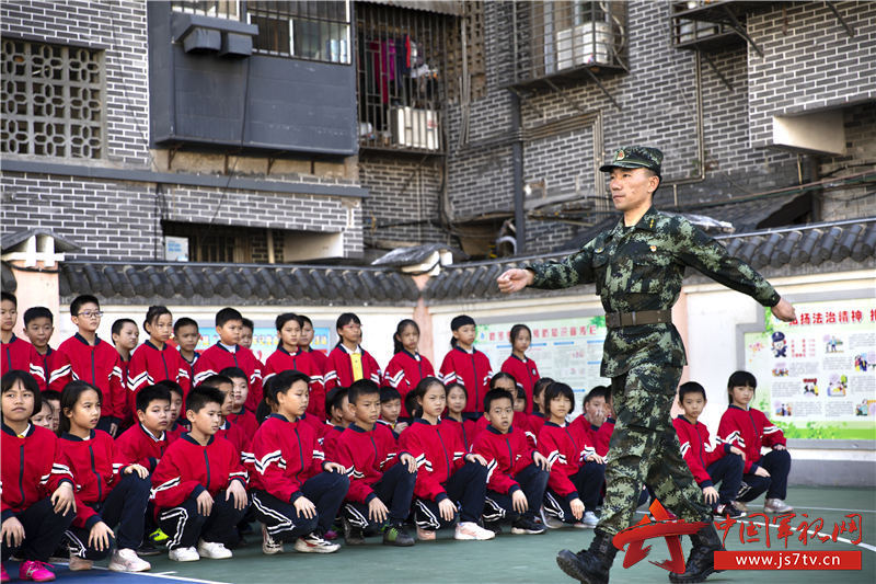 图三:武警官兵为小学生们示范队列动作