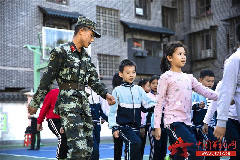 图七:武警官兵与小学生们一同训练