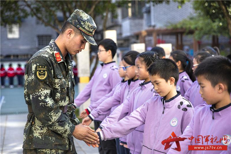 图八:武警官兵细心教授小学生们队列要领