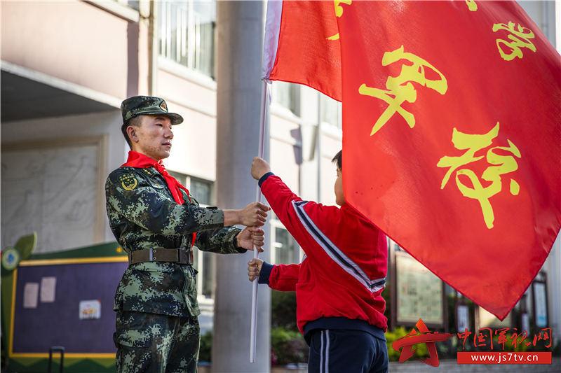 图二:武警官兵为学生们授予少年军校旗