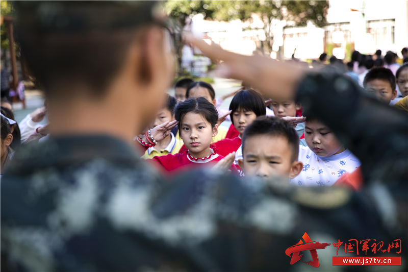 图六:武警官兵和小学生互相敬礼