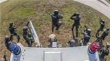 八桂大地寒風凜冽,練兵場上激情似火,近日,武警廣西總隊桂林支隊組織特戰隊員開展了一場動車反劫持實戰演練,旨在全面檢驗特戰隊員反恐處突的能力,提升部隊的綜合作戰水平。圖為特戰隊員快速出動。