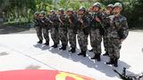 2019年7月1日,官兵面向党旗庄严宣誓。