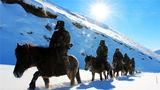 2018年12月,官兵骑战马在边境线上执勤巡逻。