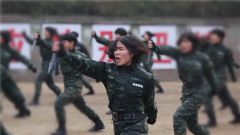 """【第一军视】 敢于叫板男兵!""""特""""帅女兵上演绝技令人惊叹"""