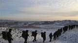 日前,武警新疆总队阿勒泰支队将特战队员拉到阿尔泰山脚下,开展为期数天的极限训练,锤炼特战队员在艰苦复杂环境条件下的技战术能力,培养过硬战斗精神。图为特战队员正在穿越20公里封锁区