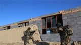 特战队员正在对一所废弃房屋进行快速突入训练