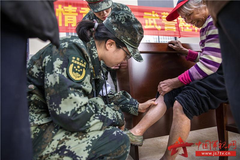 4:军医认真检查群众病情