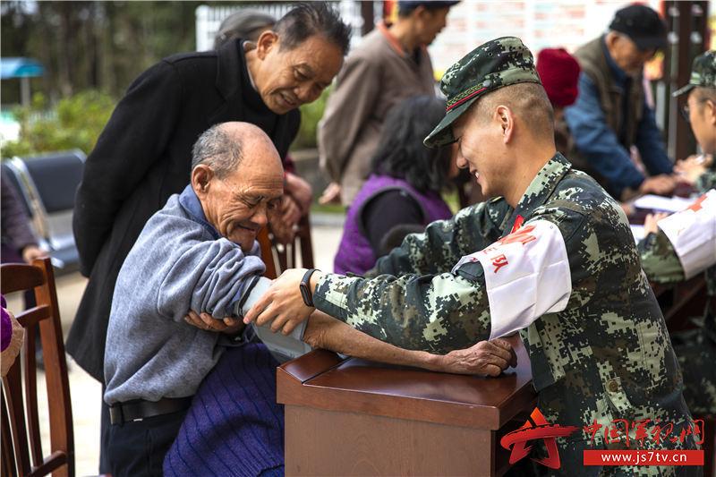 6:卫生战士为村民现场测量血压