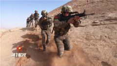 【第一軍視】驚險刺激!看特戰隊員大漠反恐演練
