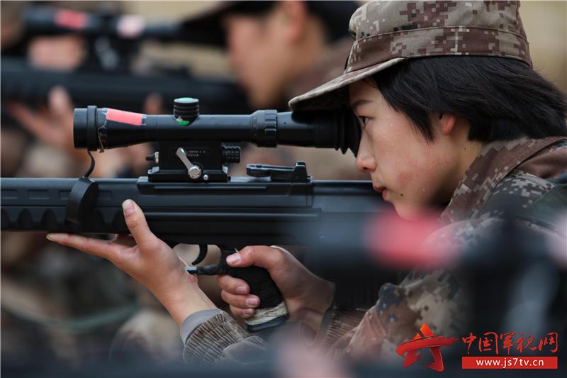 沈夢可在進行跪姿據槍訓練。