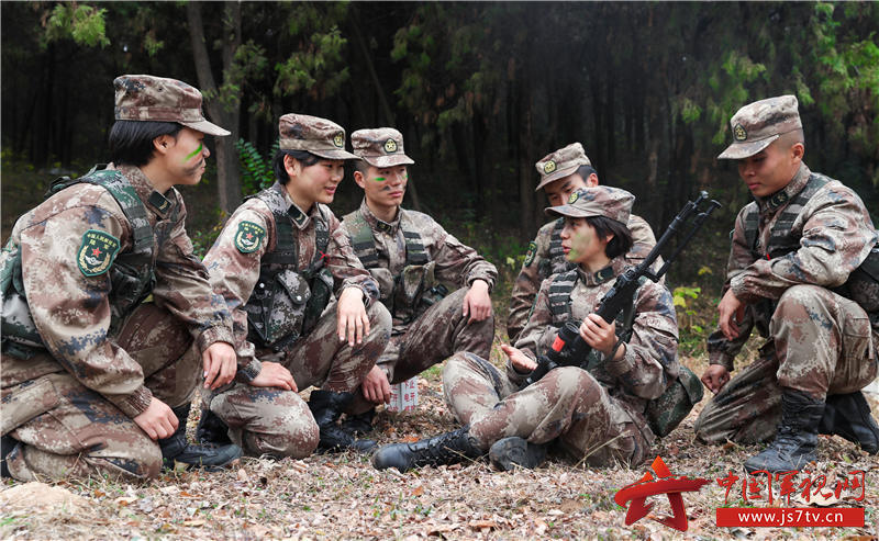 沈夢可為隊友講解據槍要領。