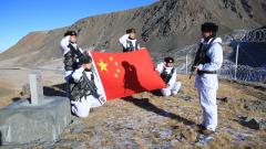 【第一军视】-30℃ 跟着边防官兵踩冰河攀陡坡去巡逻