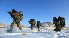 爬冰卧雪 锤炼特战队员钢铁意志
