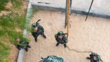 一名武警战士在进行攀登训练