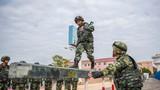 400米障碍训练中,一名武警战士快速通过独木桥