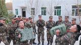 风雪严寒日,练兵正当时,连日来,武警新疆总队机动五支队的冬季大练兵活动正在如火如荼地展开。图为两名官兵正在进行体能小比拼。