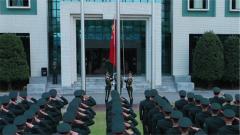 驻澳门部队升旗手现场传授升旗绝招