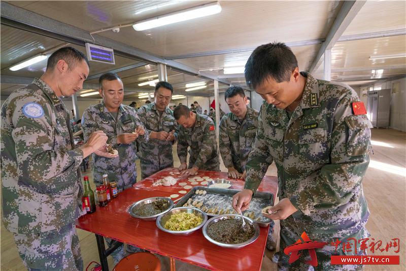 06-分队指挥长李萌与官兵同包饺子共话家常